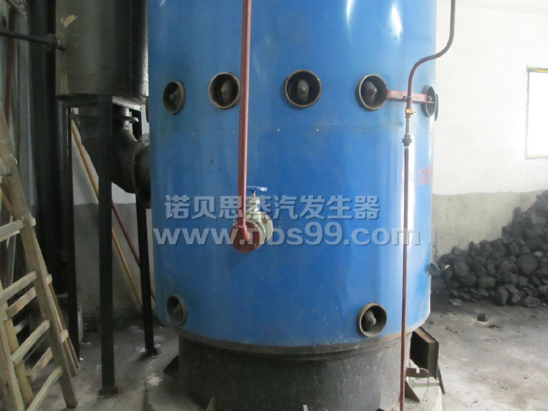 武汉诺贝思表示全自动燃油蒸汽发生器工作原理全自动蒸汽发生器是蒸汽动力装置的重要组成部分,采用间接循环的反应堆动力装置中把反应堆冷却剂从堆芯获得的热能传给二回路工质使其变为蒸汽的热交换设备。有产生过热蒸汽的直流式蒸发器和带汽水分离器、干燥器的饱和蒸发器两类。    全自动蒸汽发生器工作原理:蒸汽发生器由热油部份及蒸发器两部分组成。   热油部分为高温导热油通过热油泵或直接由热载体加热炉进入蒸汽发生器的管束内,管内热量以一定流量温度通过管壁将热量传递给管外锅水,将水加热,导热油被降温,重新回到加热炉,使之