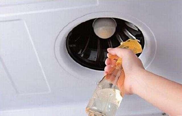 清洗廚房抽油煙機上的油汙