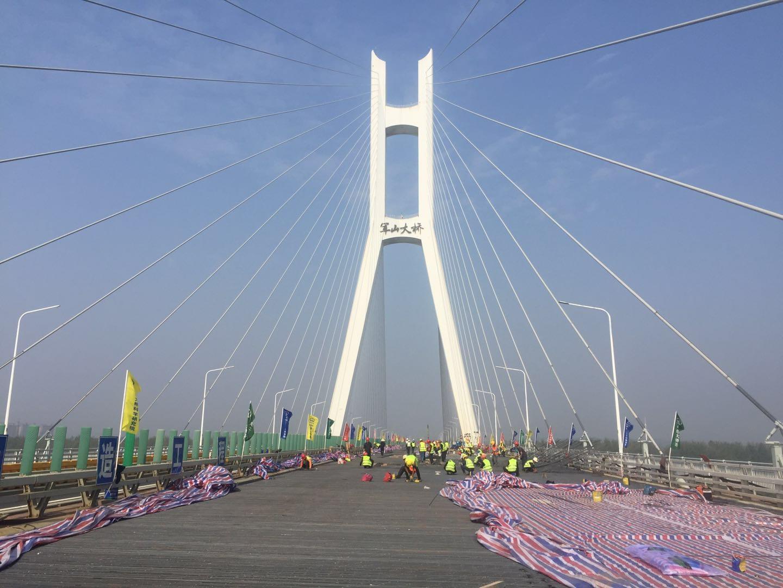 武汉军山大桥在增强混凝土韧性方面做了哪些努力?